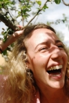 Verkliga känslor. Här är ett exempel på hur en bild förmedlar naturliga känslor. Det hysteriska skrattet lyser igenom. En sådan situation är svår att regissera fram.