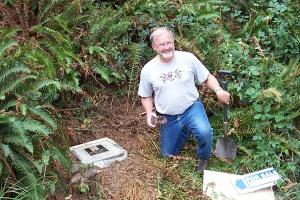 "Dave Ulmer bredvid den cementerade plattan. I sin hand har han ""the Original Can of Beans""."
