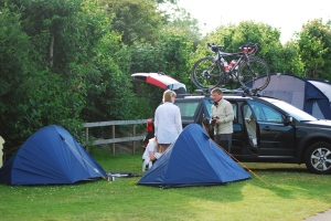 Två tält och en bil. Bilen var skönast att sova i, ena tältet var förrådstält.