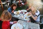 Som avslutning åt vi mat i Hönös södra hamn, här tillsammans med Carolines kompis Caroline (namnen skämtade vi mycket om).